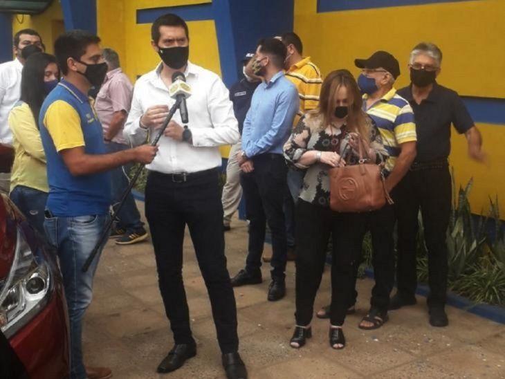 Pedido. Daniel Rodríguez frente al club pidiendo el cargo.