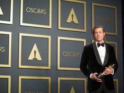 El actor estadounidense Brad Pitt posa en la sala de prensa con su premio Oscar a Mejor Actor de Reparto por el filme Once Upon a Time... in Hollywood este domingo.