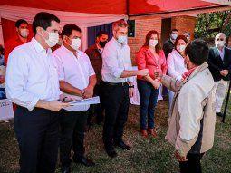 Mario Abdo Benítez visitó este jueves la colonia San Juan, en Puente Kyjhá, y afirmó que los fondos de las binacionales están al servicio del sistema sanitario.