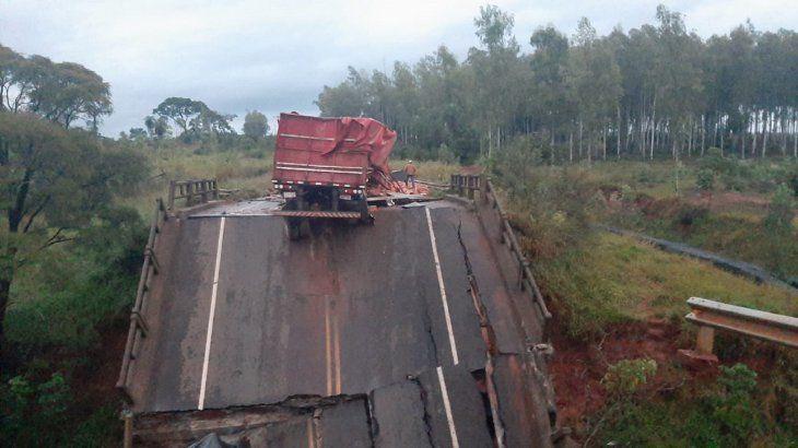 El desmoronamiento de un puente provocó que tres vehículos cayeran al precipicio en la zona de cruce Tacuatí