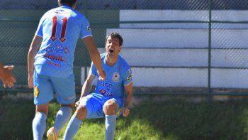 Apasionado. Julián Benítez celebra el gol con Gerardo Arévalos, que al final fue el tanto de la victoria para Resistencia que posiciona al equipo celeste como tercero.