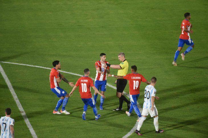 Jugadores de Paraguay pidiendo al árbitro Anderson Daronco un penal o que revise la acción en el VAR.