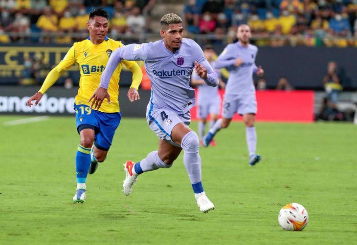 Santiago Arzamendia del Cádiz corre tras el uruguayo Ronald Araújo de Barcelona.