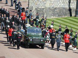 Luciendo sus medallas militares sobre trajes civiles, los cuatro hijos y varios de los nietos de la pareja real acompañaron a pie hasta allí al Land Rover verde, especialmente diseñado por Felipe para llevar su féretro.