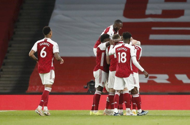 Jugadores del Arsenal celebran un gol ante West Bromwich Albion.