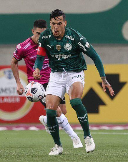 Gustavo Gómez de Palmeiras escapa de la marca de Brian Montenegro de Independiente del Valle.