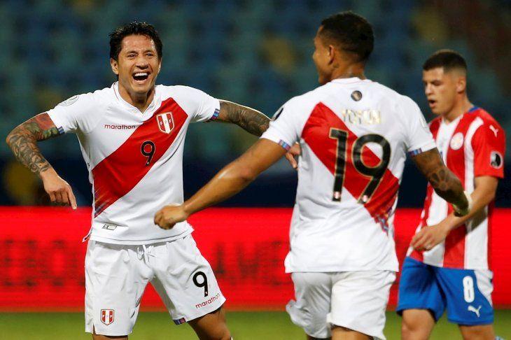 Gianluca Lapadula (i) de Perú celebra con sus compañeros tras anotar contra Paraguay.