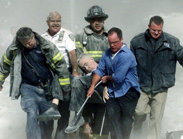 Víctima. Rescatistas recuperan el cuerpo de una víctima.