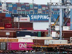 El FMI alerta de que mayores barreras comerciales alterarían las cadenas de suministro global y ralentizarían la expansión de las nuevas tecnologías, reduciendo la productividad global y el bienestar.