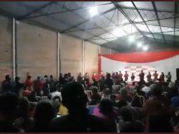A pesar de las medidas dispuestas por el Gobierno para mitigar el Covid-19, se reportó la aglomeración de personas en un mitin partidario en un polideportivo de Alberdi.