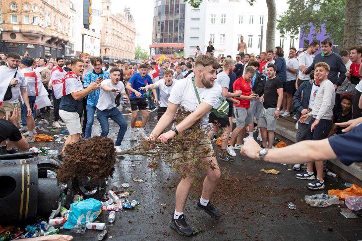 Hinchas de Inglaterra lanzan un árbol mientras se reúnen en Leicester Square