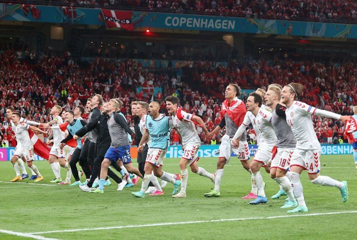 Jugadores de Dinamarca celebran un triunfo.