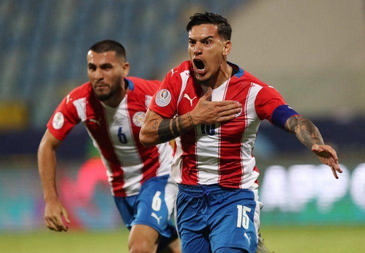 Gustavo Gómez festeja un gol con la Albirroja.