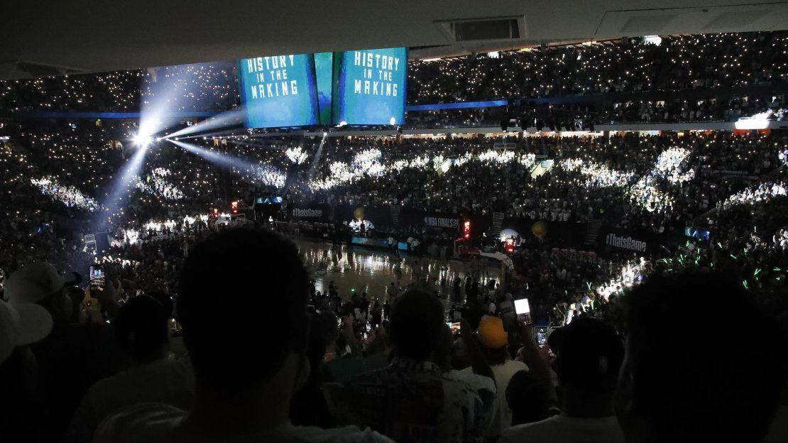 Los aficionados observan durante las ceremonias previas al juego antes del sexto partido de la serie de baloncesto de las Finales de la NBA entre los Phoenix Suns y los Milwaukee Bucks.