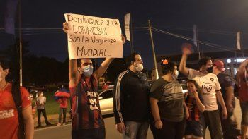 Decenas de hinchas del club Cerro Porteño se manifestaron frente a la Conmebol para protestar por el arbitraje del partido en el que el conjunto azulgrana perdió contra el brasileño Fluminense.