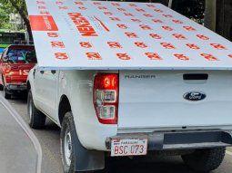 La camioneta en la que era trasladado el cartel es de la  marca Ford, modelo Ranger XL, de color blanco, con chapa BSC973, que  figura a nombre de laMunicipalidad de Asunción.