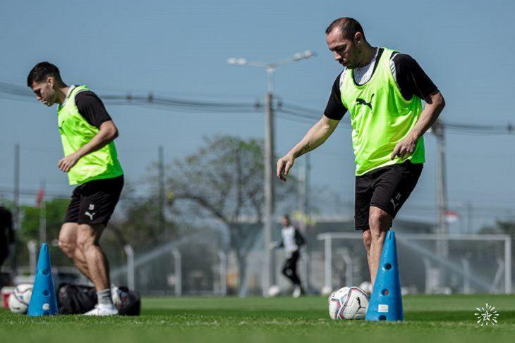 Con balón. Bogarín (i) y Díaz (d)