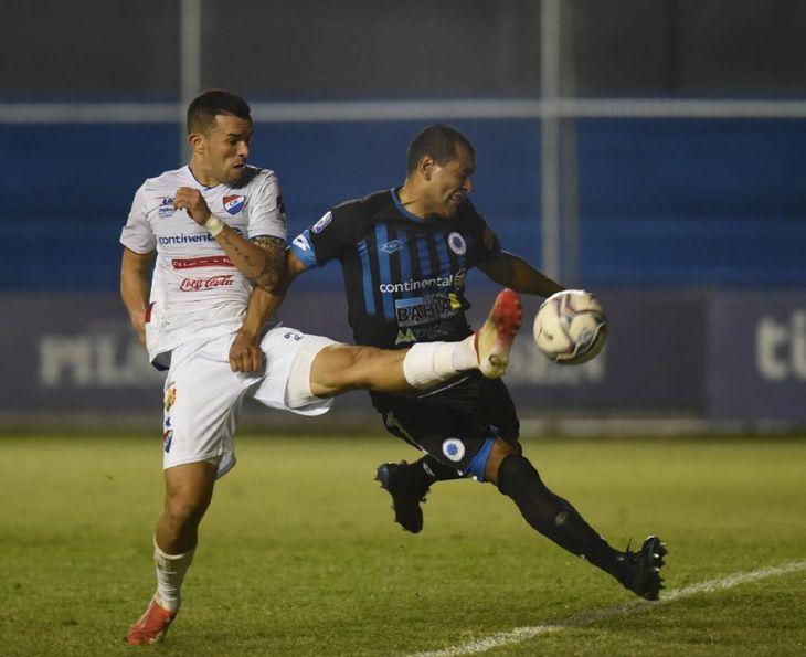 Leonardo Villagra y Paulo da Silva se disputan el balón.