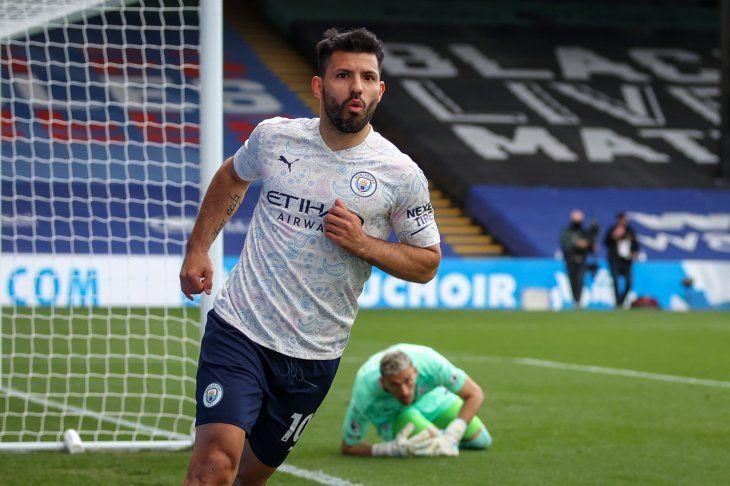 Sergio Kun Agüero recibió un pase de Benjamin Mendy dentro del área y marcó el primero para el Manchester City.