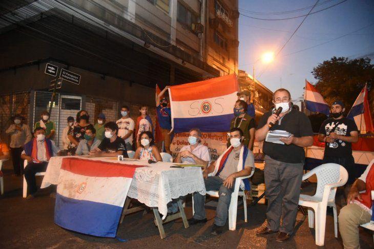 Nuevamente la calle El Paraguayo Independiente congregó a varias  personas quienes llevaron banderas paraguayas y carteles haciendo un  mismo reclamo Que se vayan todos los corruptos y los mafiosos.