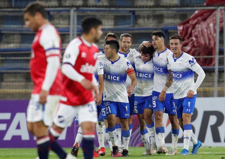 Jugadores de Universidad Católica celebran un gol de Clemente Montes (c) durante un partido de la Copa Libertadores entre Universidad Católica y Nacional en el estadio San Carlos de Apoquindo en Santiago (Chile).