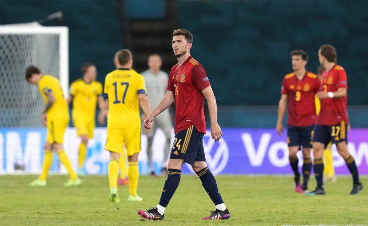 Jugadores de España se lamentan tras el empate contra Suecia.