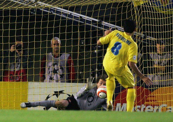 Momento preciso en donde el portero alemán del Arsenal Jens Lehmann le contiene el penal a Juan Román Riquelme del Villarreal.
