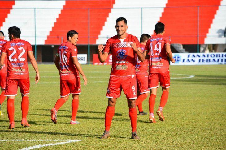 Jugadores de General Caballero de JLM celebran un gol.