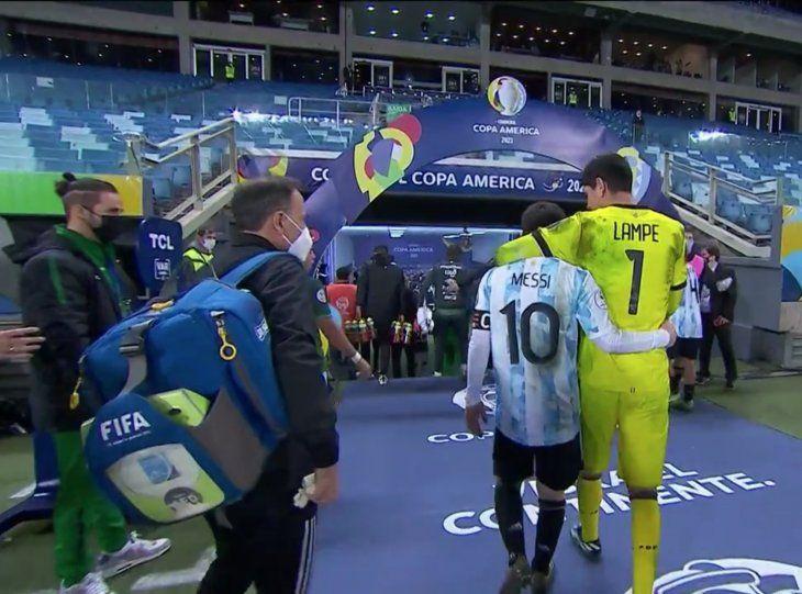 Carlos Lampe y Messi tras un partido de Bolivia-Argentina.