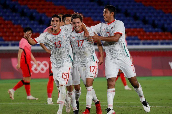 Sebastián Córdova (2-i) celebra con sus compañeros tras marcar el 2-5 en el encuentro de cuartos de final entre las selecciones de Corea del Sur y México.