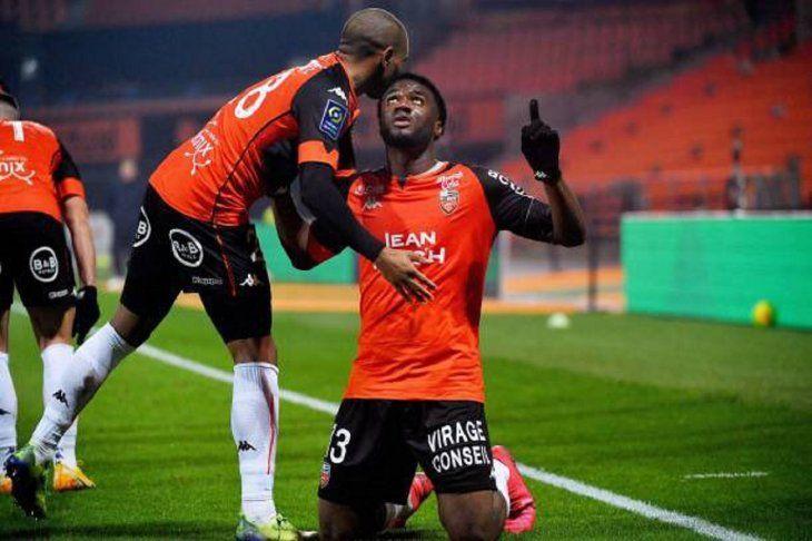 Jugadores de Lorient celebran un gol ante el Lille.