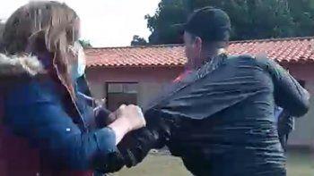 A través de un video se puede observar a la directora del Hospital de Quyquyhó, Teresa Medina, en el momento EN que agrede físicamente a un ciudadano identificado como Sergio Bobadilla, presuntamente por filmarla con un celular.