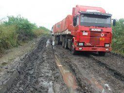 El camino Retiro Alegre- Itacuá está cortado por las últimas precipitaciones caídas y principalmente porque dos camiones de gran porte no respetaron la lluvia y se quedaron atascados cerrando la vía.