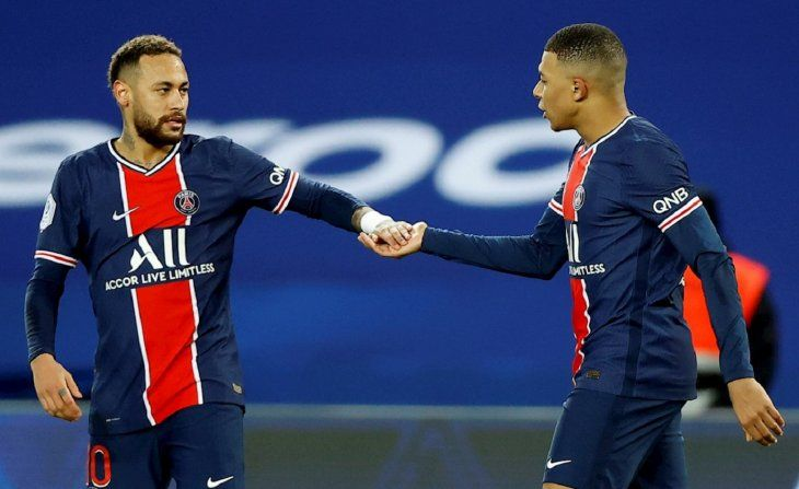 Neymar y Kylian Mbappé se saludan.