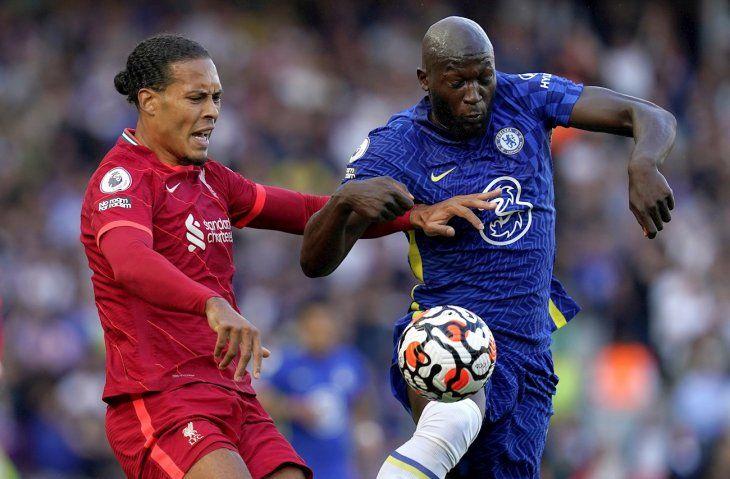 Jugadores de Liverpool y Chelsea se disputan el balón.