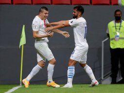 Debut goleador. Braian Samudio anotó su primer gol en la Selección Nacional. El Beto Espínola se acerca a felicitarlo tras su potente cabezazo que batió a Bravo.