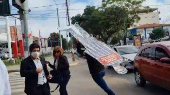 Momento en que un supuesto funcionario municipal se lleva corriendo el corpóreo del intendente de la Municipalidad de Asunción, Óscar Nenecho Ródriguez.