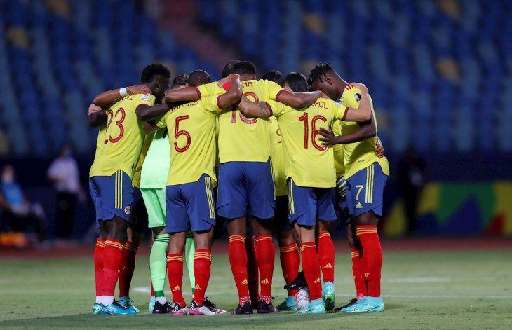 Los jugadores de Colombia se dan ánimos antes de un partido.