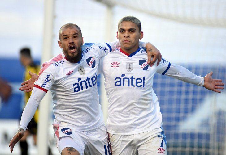 Brian Ocampo (d) de Nacional celebra con su compañero Andrés DAlessandro tras anotar contra Peñarol.
