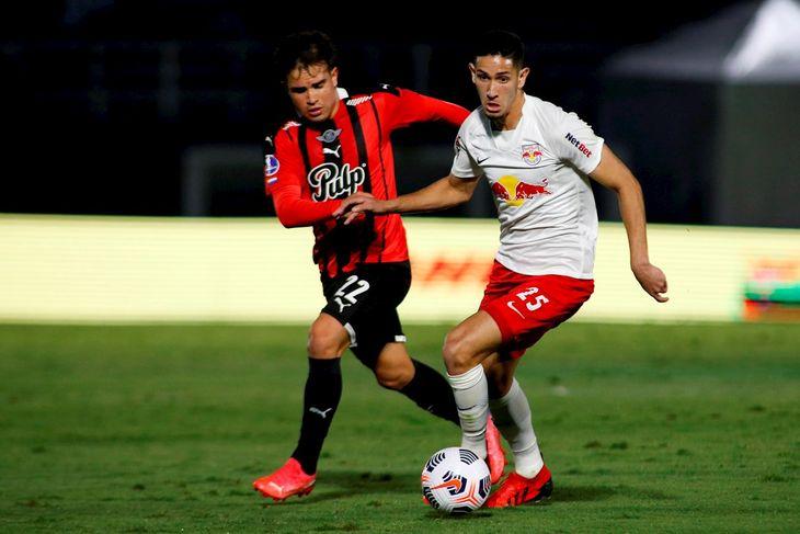 Bruno Conceição Praxedes (i) de Bragantino disputa un balón con Hugo Martínez de Libertad.