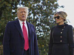 El presidente de Estados Unidos, Donald J. Trump (izq.) y la primera dama, Melania Trump, salen de la Casa Blanca por última vez antes de abordar el Marine One.