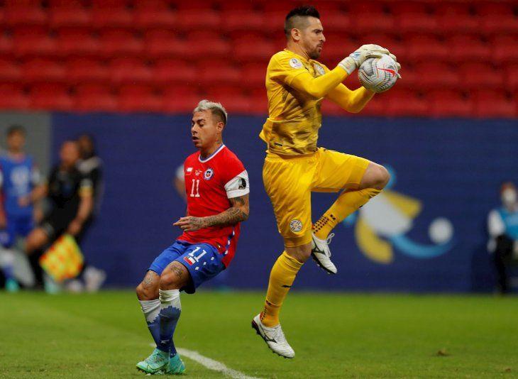 Eduardo Vargas (i) de Chile disputa el balón con el arquero Antony Silva de Paraguay.