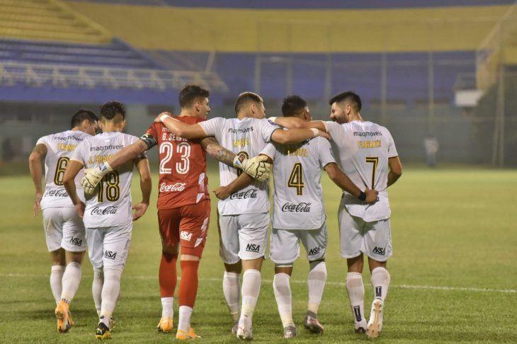 Jugadores de Guaraní celebran un gol ante Sportivo Luqueño.
