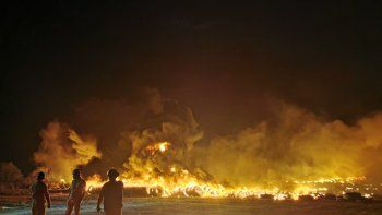 A criterio de la Fiscalía, la conducta desplegada por los supuestos responsables se considera grave, al proceder a la quema de una gran cantidad de cubiertas, que generó humo altamente tóxico.