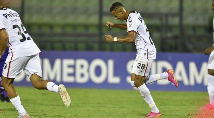 Un jugador de Athletico Paranaensecelebra un gol ante Metropolitanos.