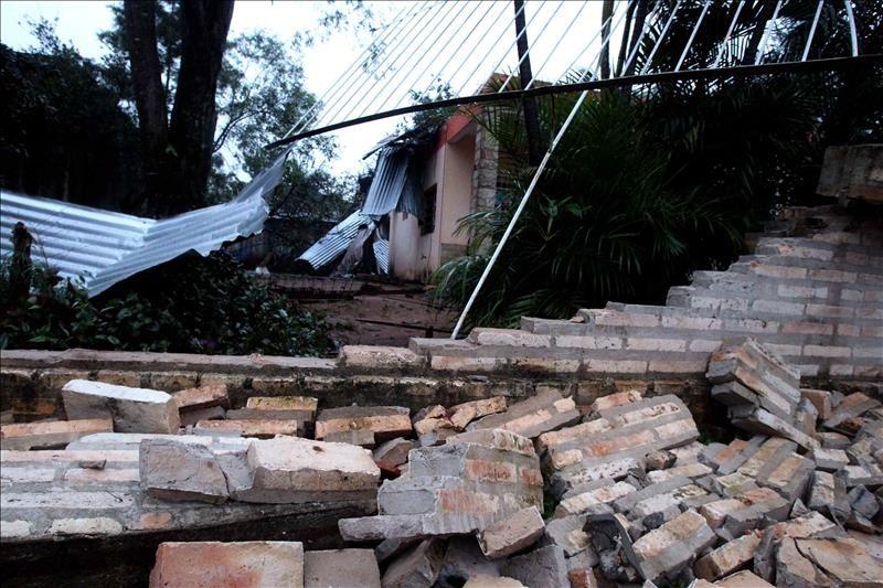 Vista de los destrozos causados en una casa por el fuerte temporal ocurrido en la noche del martes en la localidad de Capiatá a 25 kilómetros de Asunción (Paraguay). El temporal deja un fallecido y 140 casas destrozadas. EFE