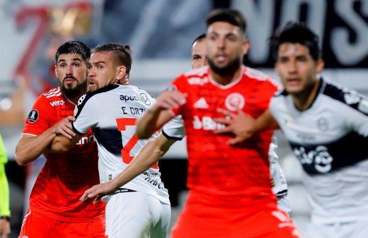 Con fuerza. Edgardo Orzusa cumplió un buen desempeño en su debut con la camiseta de Olimpia.
