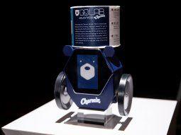 RollBot o el robot del rollo, consiste en una pequeña caja octogonal con ruedas a lado y lado que le permite desplazarse por el interior del hogar portando sobre sí un rollo de papel higiénico.