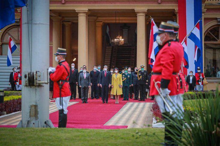 Festejo. Marito y ministros observan izamiento de bandera.
