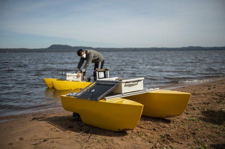 A punto. Estudiantes experimentarán con el dron acuático de superficie para monitorear situación del Lago Ypacaraí.